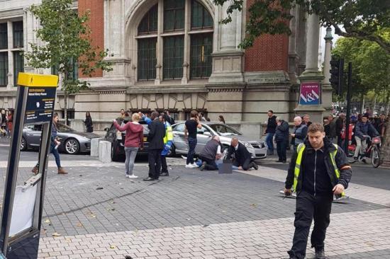 Autó hajtott gyalogosok közé Londonban, többen megsérültek (FEJLEMÉNNYEL)
