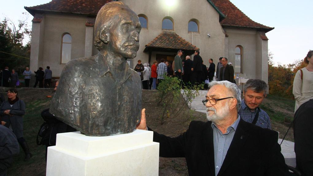 Kós Károly és Bartha Miklós fogadják a templomba érkezőket