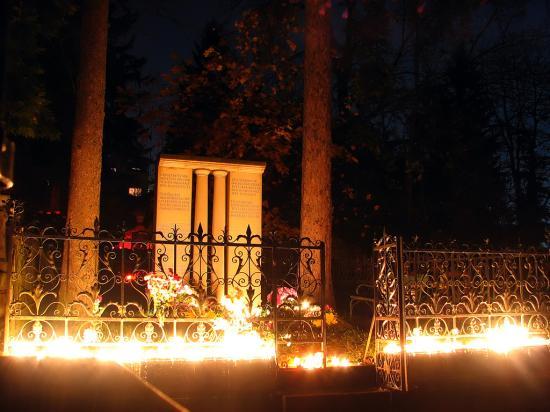 VIDEÓ - Világítás és felvilágosítás Kós Károly sírhelyénél