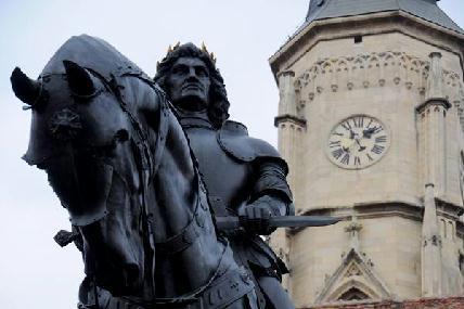 VIDEÓ - Ismét letörték a Mátyás-szoborcsoport egyik alakjának a sarkantyúját