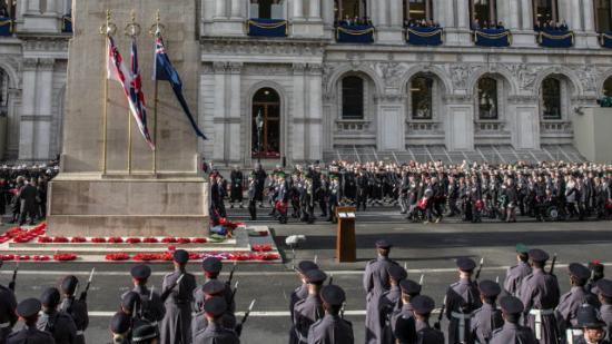 Megemlékeztek Londonban a brit háborús halottakról, a királynő már nem koszorúzott