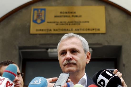 PSD-sek és szimpatizánsok tapssal fogadták a DNA-székházhoz kihallgatásra érkező Liviu Dragneát