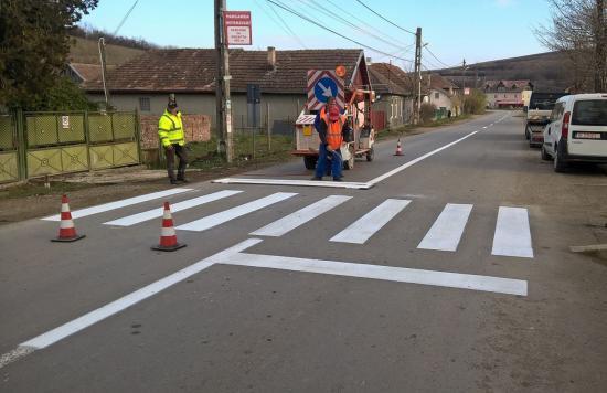 Útjelzéseket festettek fel a megyei utakra