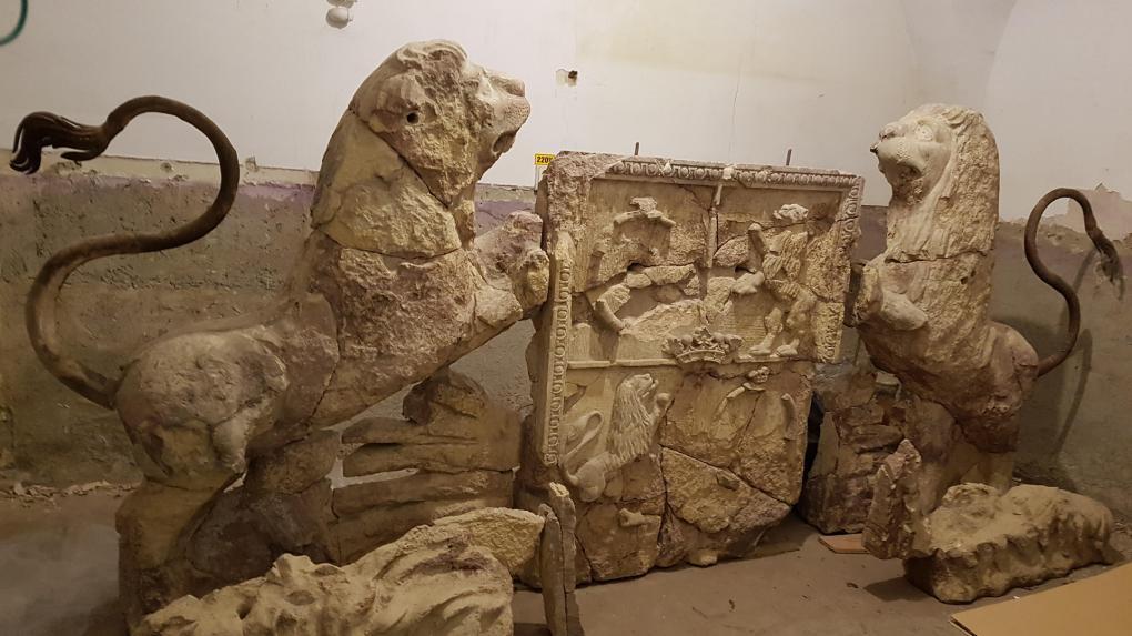 Fél évszázad múltán restaurálhatták a Jósika-palota összetört címerét