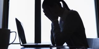 Stresszt, félelmet és pánikrohamot is átélhet az internetes zaklatás elszenvedője