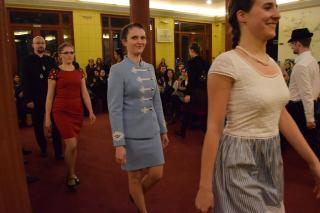 Népviseletbe bújtatott divatbemutató