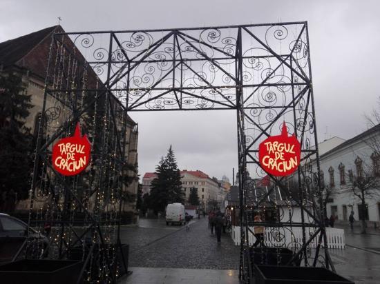 Hiányolja a Muszáj-Musai a magyar feliratokat a főtéri karácsonyi vásárban – Oláh Emese válaszol