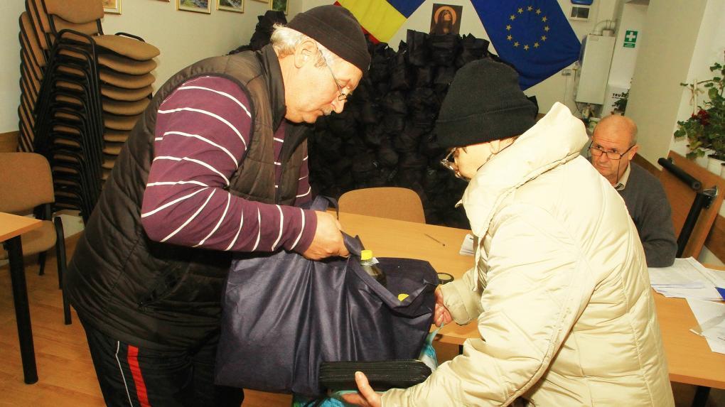 Kolozsvár: több száz rászoruló állt sorba élelmiszercsomagért