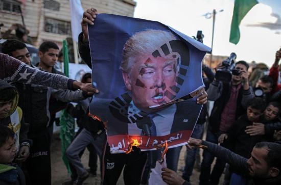 Sok ezer palesztin tüntetett pénteken, két demonstrálót megöltek