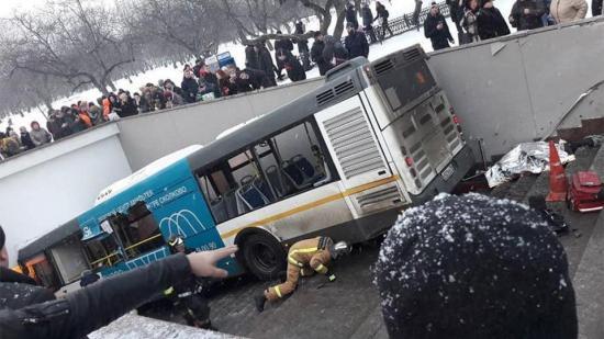 Gyalogos aluljáróba hajtott egy busz Moszkvában, halottak