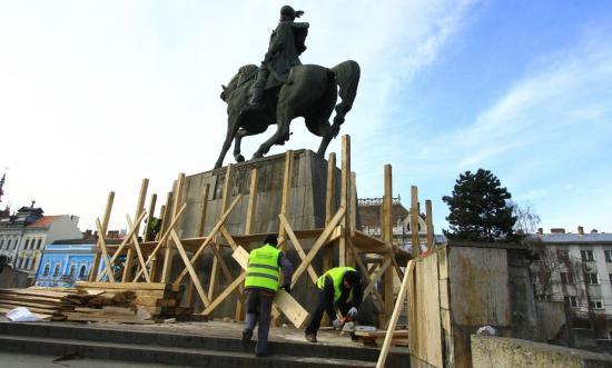 Elkezdődött a Vitéz Mihály-szobor restaurálása