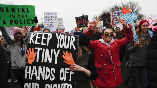 Nők százezrei tüntettek amerikai nagyvárosokban a jogaikért és Donald Trump ellen