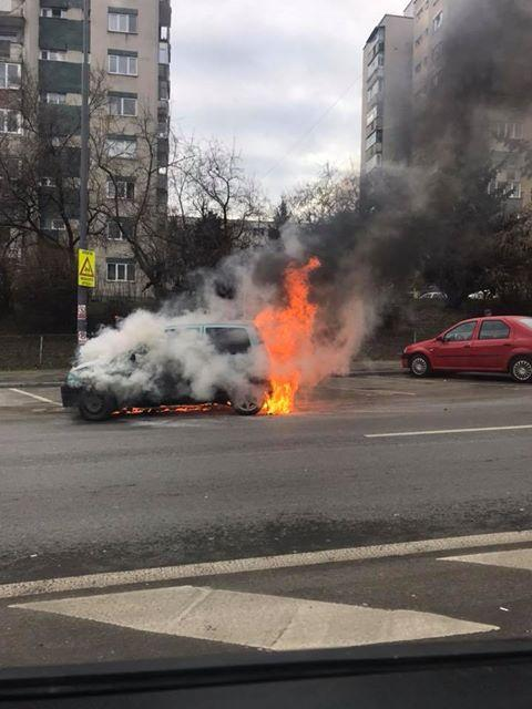 Kigyulladt egy személygépkocsi a Fenesi úton