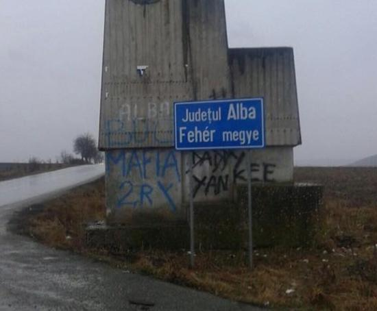 Levették, de hamarosan visszaállítják az indulatokat kiváltó kétnyelvű táblát Maros és Fehér megye határában (FRISSÍTVE)