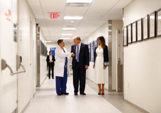 Donald Trump Floridában az iskolai lövöldözés túlélőivel találkozott