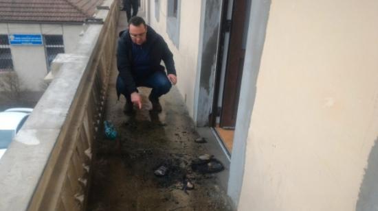 Kihallgatják a férfit, aki újságokat gyújthatott meg a PSD kolozsvári székházánál