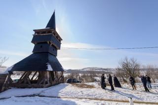 Átadták a felújított farnasi református haranglábat