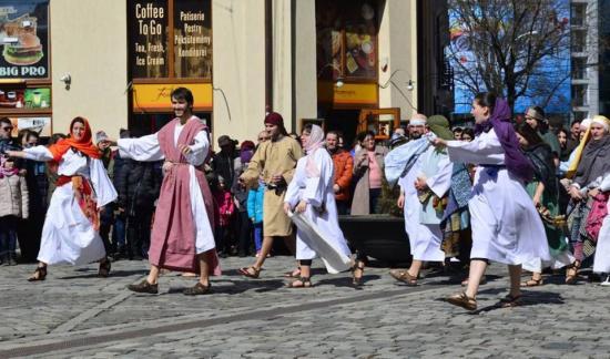 Katolikus ifjak interaktív passiója a Karolina téren