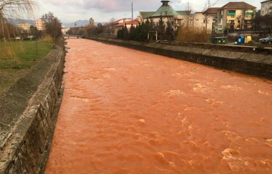 Máramaros megye: pirosas bányavíz ömlött a Láposba
