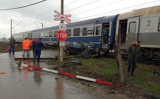 Vonat ütközött személygépkocsival, egy nő megsérült