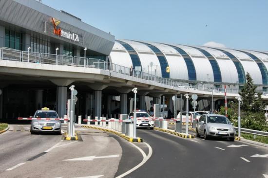Tíz ember megsérült Budapesten a ferihegyi repülőtéren egy buszbalesetben