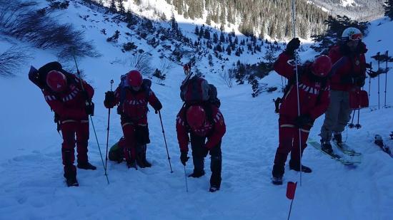 A hegyimentők lehozzák a holttesteket a Fogarasi-havasokból