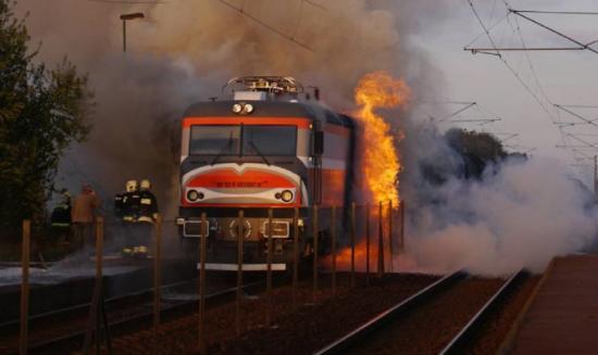 Kigyulladt egy mozdony - mintegy száz utast kellett kimenekíteni a szerelvényekből