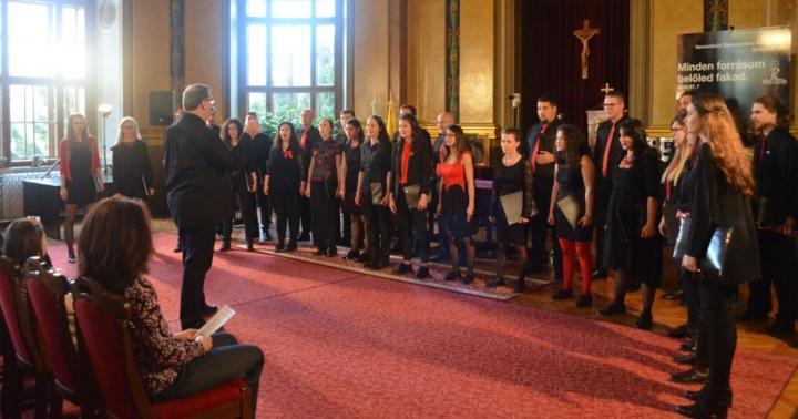 Kórus, ahol oktatók és hallgatók együtt énekelnek