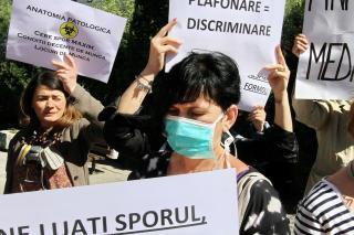 A prefektúra előtt tiltakoztak az egészségügyi alkalmazottak