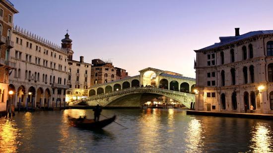 Turistaáradatra készülnek Velencében – sorompókkal