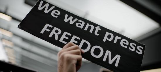 EP: fel kell lépni a sajtószabadságot fenyegető veszélyek ellen