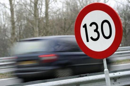 Száguldás az autópályán: a csúcssebesség 218 kilométer/óra