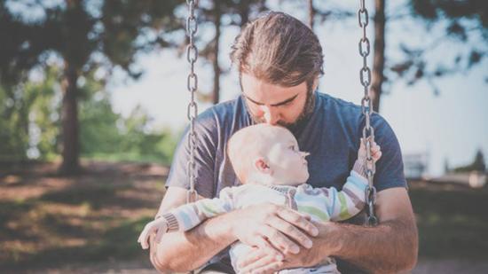 Apaforradalom anyák napján: a gondoskodás férfias ösztön