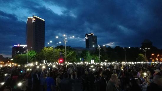Több ezren tüntettek a kormány és a korrupt politikusok ellen