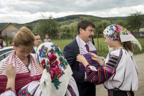 Áder János személyében először látogatott el magyar államfő a moldvai csángó közösségbe