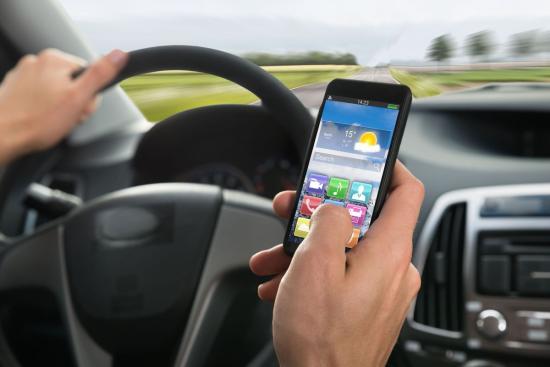 Kampányt indít a rendőrség az okostelefonok vezetés közbeni használata ellen