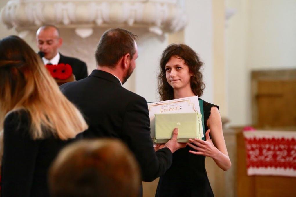 Finta Klára átveszi a díjat az osztálynevelőtől, Solymosi Zsolttól