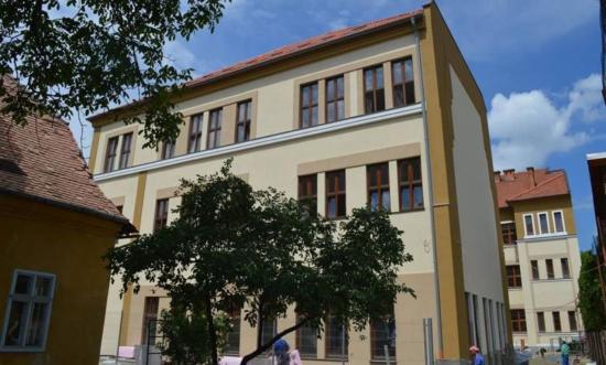 Világtalálkozóval avatja új épületét az Apáczai