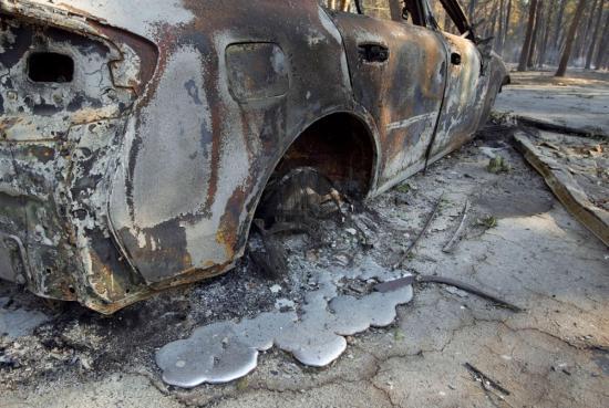 Elszenesedett holttestet találtak egy leégett személygépkocsiban