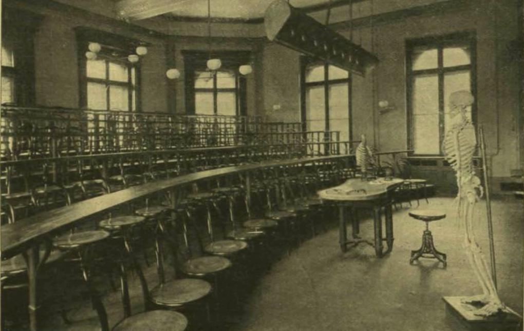"""Tanterem a """"Boncztani Intézetben"""" (Kolozsvári Egyetem épülete, 1903)"""