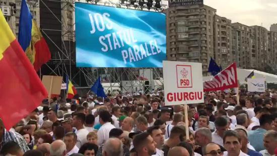 Mintegy 150-180 ezren tüntettek Bukarestben a kormánypártok mellett