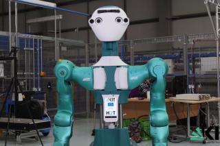 VIDEÓ - Hiányzik a kolléga? Kézbe adja a kellékeket az ipari robot...