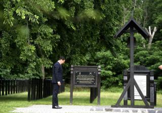 Áder János virágot helyezett el Nagy Imre sírjánál a 301-es parcellában