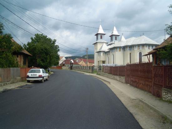 FOTÓK – Felújították a Kisbánya üdülőtelepre vezető utat
