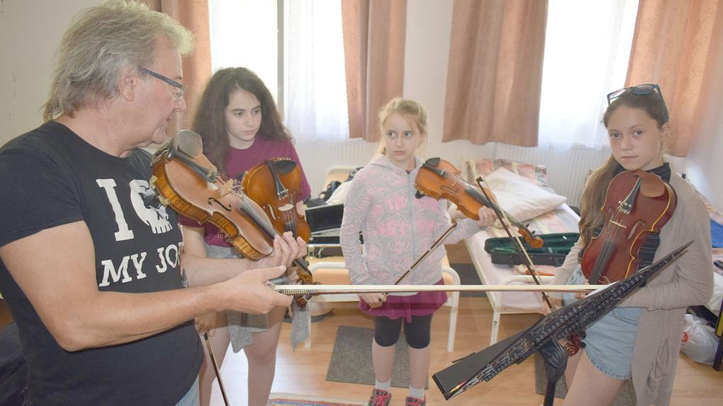 A Transylmania zenekar tagjai oktatják a magyarbikaliakat