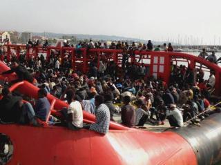 Migránsokat mentő olasz teherhajót se engedett kikötni az olasz belügyminiszter
