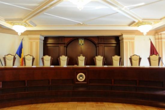 Klaus Johannis az Alkotmánybíróságon támadta meg a Btk. módosításait