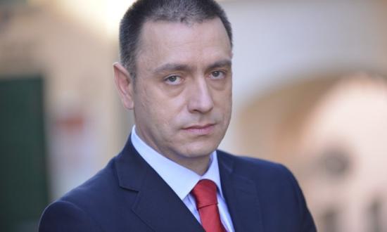 Lemondásra szólították fel a védelmi minisztert