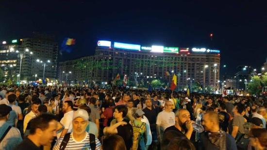 Ismét tüntetnek Bukarestben – Kolozsváron ma este is több ezren tiltakoztak
