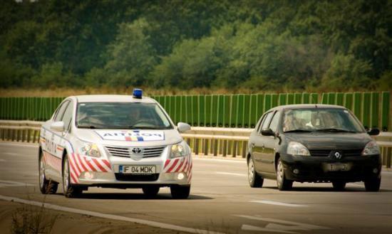 Drogfogyasztó gépkocsivezető az autópályán